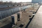 Agregaty na dachu klimatyzowanej hali.